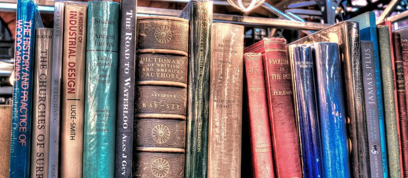 Bücherregal mit antiquierten, historischen Büchern